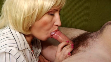MATURE COUPLE SEX ON COUCH !!