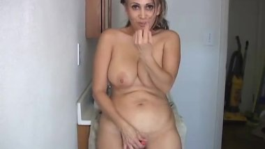 Sexy Old Spunker Shaves Her Pretty Pussy and Has a Nice
