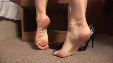 sexy secretary take of shoes and shox here feet